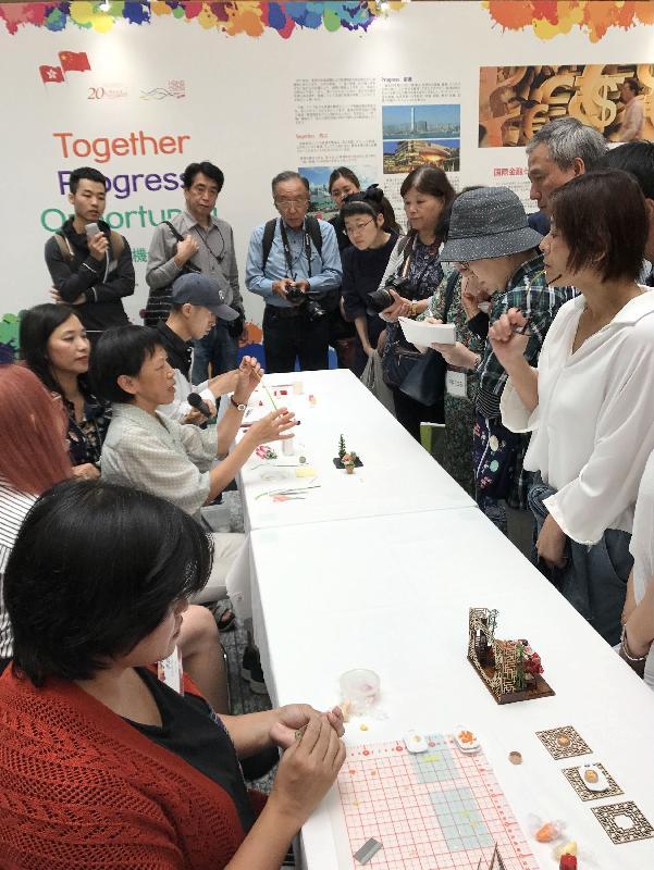 「细看香港」微型艺术展今日(九月二十九日)起在日本东京举行,展出四十八件展示香港活力和特色的微缩模型。图示香港的微缩模型艺术家在艺术展示范如何制作微缩模型。