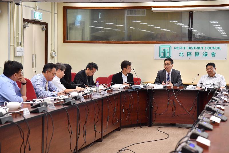 教育局局長楊潤雄(右二)今日(九月二十九日)下午到訪北區,在北區民政事務專員莊永桓(右三)陪同下前往北區區議會,與主席蘇西智(右一)及其他區議員會面,並就彼此關心的議題交換意見。
