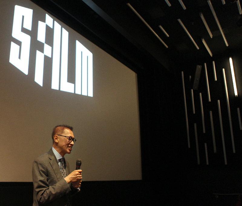 香港電影監製李恩霖今日(三藩市時間九月二十九日)在三藩市New People戲院介紹第七屆香港電影節揭幕電影《明月幾時有》。