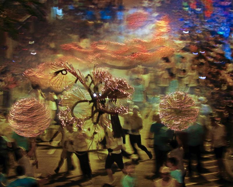 「慶祝香港回歸二十周年大坑火龍賀中秋」十月三日至六日(星期二至五)在大坑舉行。圖示早前的舞火龍活動。