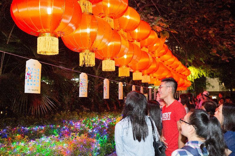 「慶祝香港回歸祖國二十周年--月滿歡樂聚沙田中秋晚會2017 」十月四日(星期三)在沙田公園舉行。圖示去年晚會的猜燈謎活動。