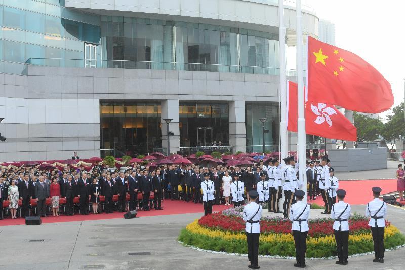 慶祝中華人民共和國成立六十八周年升旗儀式今早(十月一日)在灣仔金紫荊廣場舉行,嘉賓肅立觀看國旗及區旗徐徐上升。