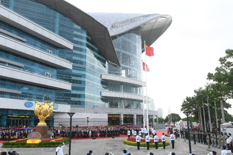 行政長官林鄭月娥今早(十月一日)在灣仔金紫荊廣場出席慶祝中華人民共和國成立六十八周年升旗儀式。政府高層官員、制服團隊成員、地區團體代表及其他嘉賓亦有出席儀式。