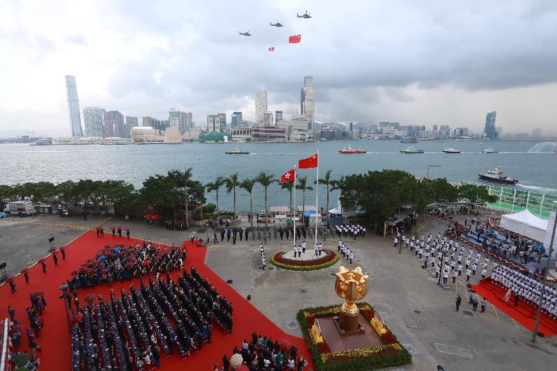 慶祝中華人民共和國成立六十八周年升旗儀式今早(十月一日)在灣仔金紫荊廣場舉行,紀律部隊及飛行服務隊在海上和空中敬禮。