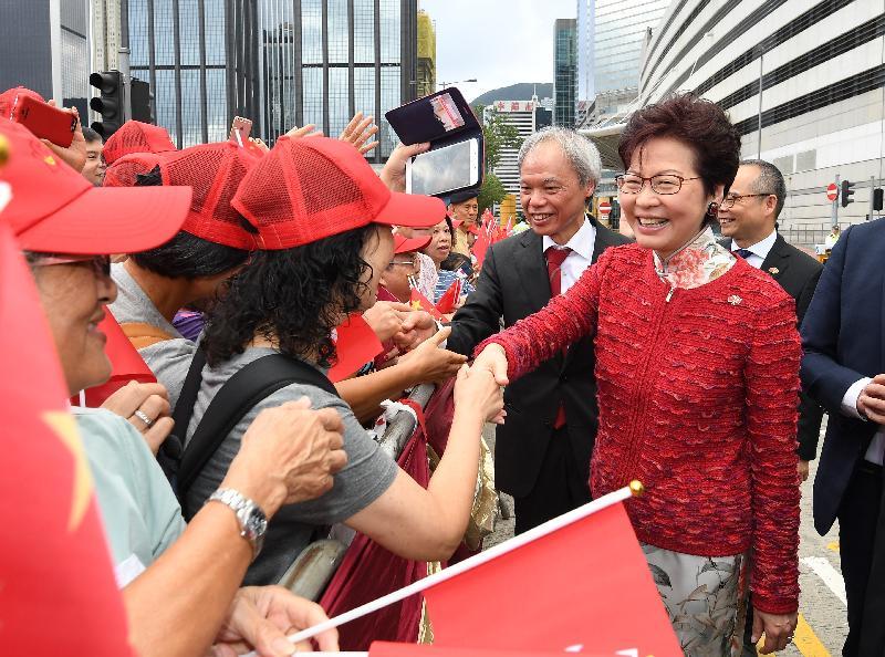 行政長官林鄭月娥(右一)今早(十月一日)在灣仔金紫荊廣場出席慶祝中華人民共和國成立六十八周年升旗儀式前與市民握手。旁為其丈夫林兆波博士(右二)。