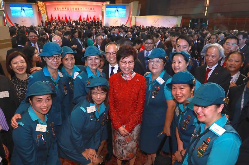 行政長官林鄭月娥今早(十月一日)在香港會議展覽中心大會堂主持慶祝中華人民共和國成立六十八周年酒會。圖示林鄭月娥(前排左三)在酒會上與制服團體及其他嘉賓合照。