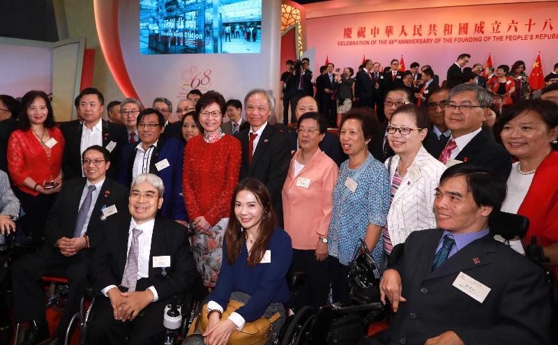 行政長官林鄭月娥今早(十月一日)在香港會議展覽中心大會堂主持慶祝中華人民共和國成立六十八周年酒會。圖示林鄭月娥(第二排右七)在酒會上與嘉賓合照。