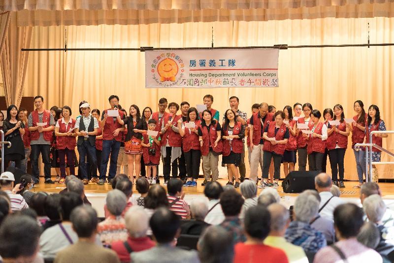 房屋署義工隊九月三十日在石圍角社區會堂舉辦中秋節長者午間歡聚,招待約150名石圍角邨長者住戶。