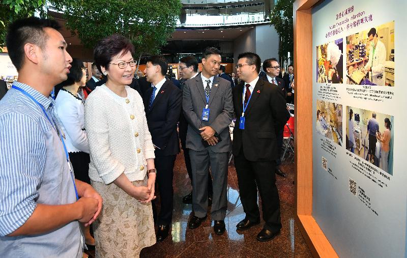 行政長官林鄭月娥(左二)今日(十月三日)參觀《大愛仁心》瑪麗八十圖片展。