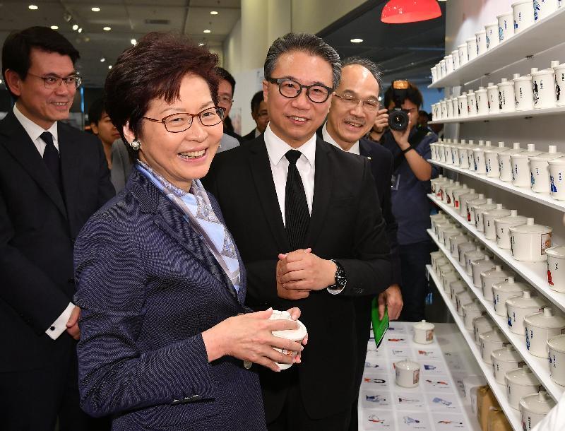 行政長官林鄭月娥今日(十月六日)下午在香港中央圖書館出席「設計列陣」聯校設計展覽開幕禮。圖示林鄭月娥(左二)參觀展覽。