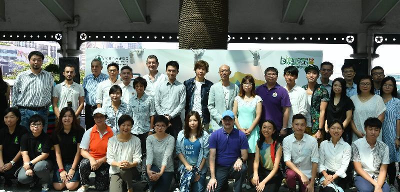 漁農自然護理署聯同40個合作夥伴舉辦為期三個月的香港生物多樣性節2017,在十月至十二月舉行100多項與本地生物多樣性有關的活動供市民參與,以提高大眾對香港生物多樣性的興趣和認識。圖示環境局局長黃錦星(第二排右八)和漁農自然護理署署長梁肇輝博士(第二排右六)今日(十月七日)在開幕禮上與參與藝術展的藝術家和合作夥伴機構代表合照。