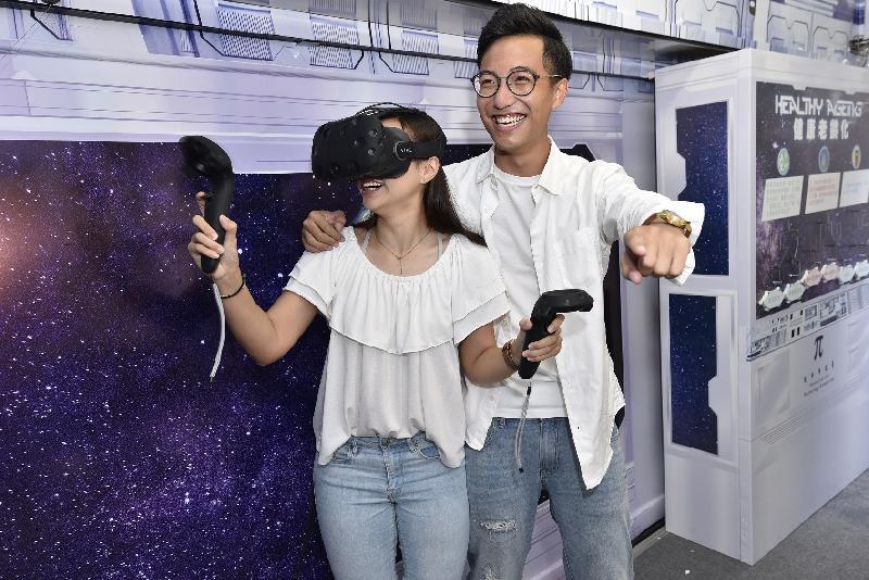 「創新科技月2017」由即日至十二月八日舉行,其中「創科號」流動展覽車由即日至十月十三日(星期五)走訪港九新界各區。圖示兩名市民參與車內的虛擬實境遊戲。