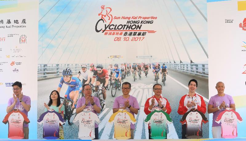財政司司長陳茂波今日(十月八日)出席香港單車節。圖示陳茂波(中)、旅遊事務專員朱曼鈴(左二)、香港旅遊發展局主席林建岳博士(左三)與其他主禮嘉賓在上午賽事的頒獎儀式上合照。