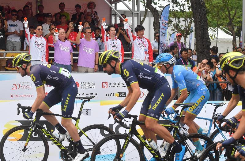 財政司司長陳茂波今日(十月八日)出席香港單車節。圖示陳茂波(中)、香港旅遊發展局主席林建岳博士(左二)與其他嘉賓主持新鴻基地產香港挑戰賽起步禮。