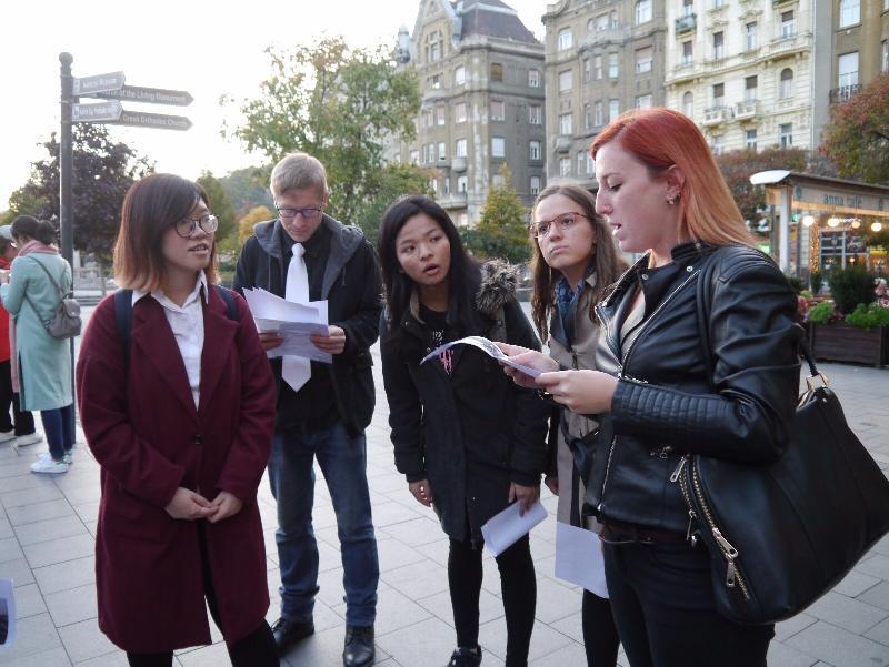 香港青少年領袖發展協會代表團獲香港駐柏林經濟貿易辦事處支持,十月五日至九日(布達佩斯時間)訪問匈牙利布達佩斯,加深香港青年對匈牙利的認識,並通過民間交流促進香港與匈牙利的友誼。圖示香港和匈牙利青年共同探索匈牙利的歷史和文化。