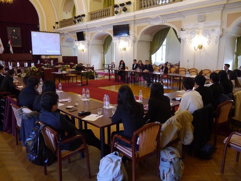 香港青少年領袖發展協會代表團獲香港駐柏林經濟貿易辦事處支持,十月五日至九日(布達佩斯時間)訪問匈牙利布達佩斯,加深香港青年對匈牙利的認識,並通過民間交流促進香港與匈牙利的友誼。圖示參加者到訪布達佩斯市長辦公室。