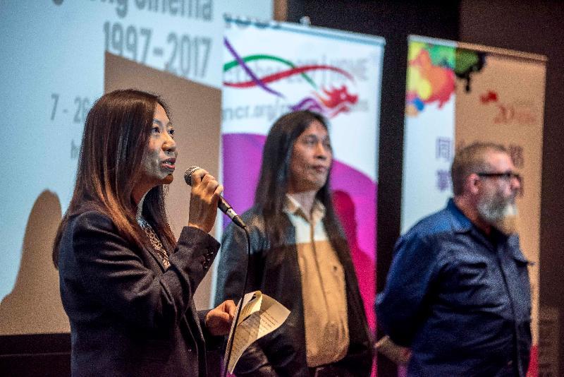 香港驻伦敦经济贸易办事处(伦敦经贸办)处长杜洁丽(左一)十月七日在曼彻斯特HOME演艺中心于《创意无穷:香港电影1997-2017》电影节揭幕电影《失眠》的放映会前致辞。电影节由伦敦经贸办支持。