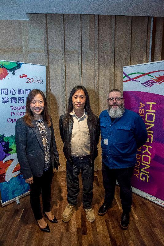 香港駐倫敦經濟貿易辦事處處長杜潔麗(左一)十月七日在曼徹斯特於《創意無窮:香港電影1997-2017》電影節的揭幕電影放映會上與《失眠》導演邱禮濤(中)和曼徹斯特HOME演藝中心資深策展人(電影)Andy Willis(右一)合照。