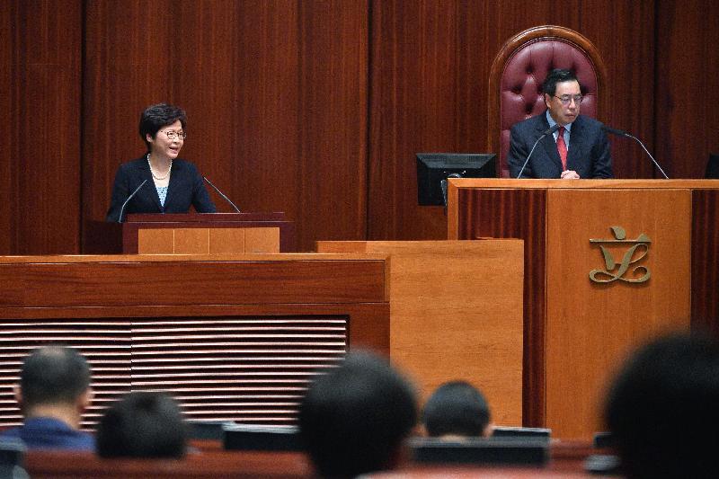 行政長官林鄭月娥(左)今日(十月十二日)在立法會出席《行政長官2017年施政報告》答問會。