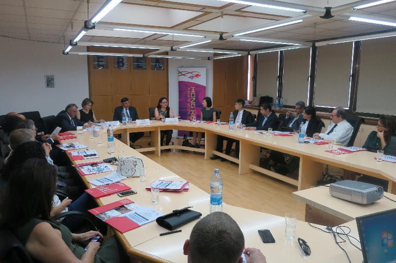 香港驻布鲁塞尔经济贸易办事处副代表蔡敏君于十月十一日(尼古西亚时间)在塞浦路斯尼古西亚举行、以「香港投资机遇」为题的商贸研讨会上,向与会人士介绍香港作为亚洲商贸中心的优势,以及如何能协助塞浦路斯企业在区内寻找商机。