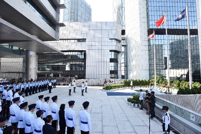 警務處今日(十月十三日)早上在警察總部舉行紀念儀式,悼念因公殉職的警隊及輔助警察隊人員。
