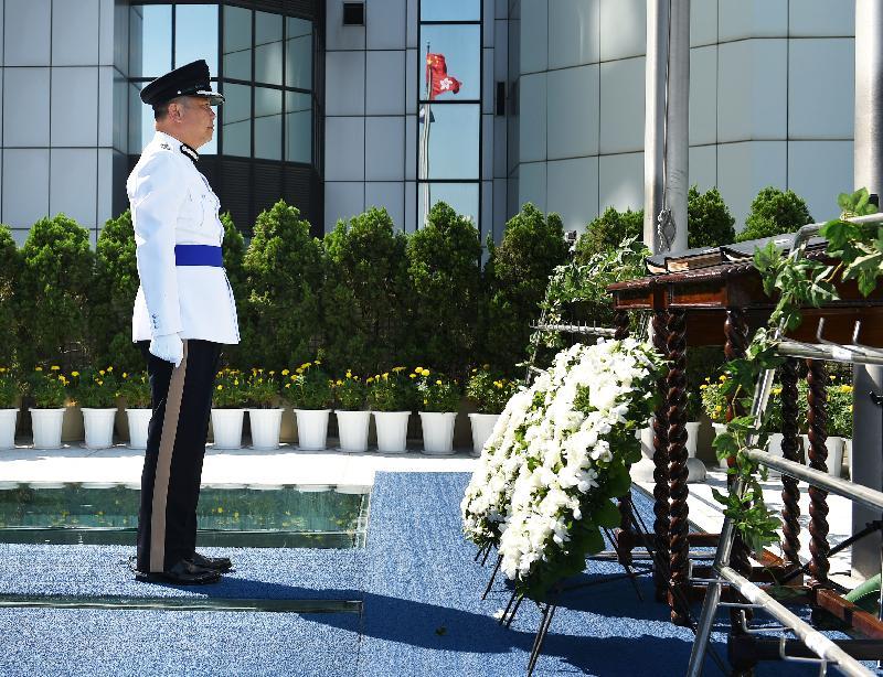 香港輔助警察隊總監楊祖賜於紀念冊前致敬。
