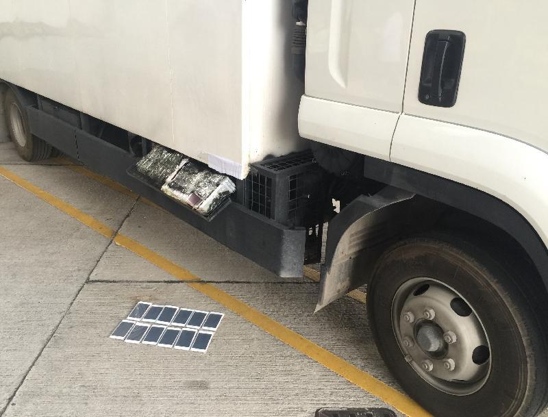 香港海關今日(十月十三日)在落馬洲管制站的一輛出境貨車上,檢獲一百一十部懷疑走私智能電話,估計市值約五十一萬元。
