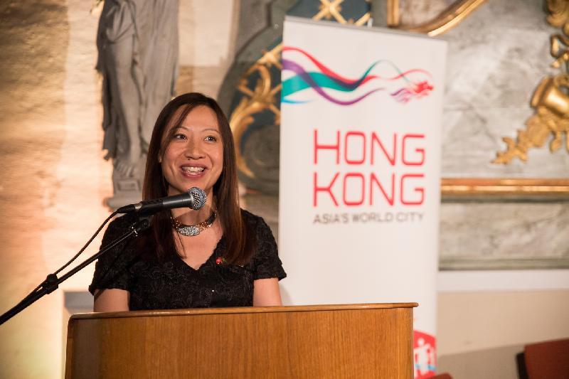 香港駐倫敦經濟貿易辦事處(倫敦經貿辦)處長杜潔麗於十月十一日(瑞典時間)在瑞典斯德歌爾摩瑞典歷史博物館舉辦的香港特別行政區成立二十周年慶祝酒會上致辭。酒會由倫敦經貿辦及新成立的瑞典香港商會合辦。