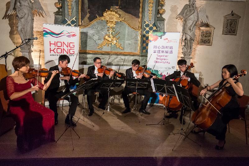 由創始人兼藝術總監姚鈺(左一)帶領的香港弦樂團於十月十一日(瑞典時間)在瑞典斯德歌爾摩瑞典歷史博物館舉辦的香港特別行政區成立二十周年慶祝酒會上作特别演出。