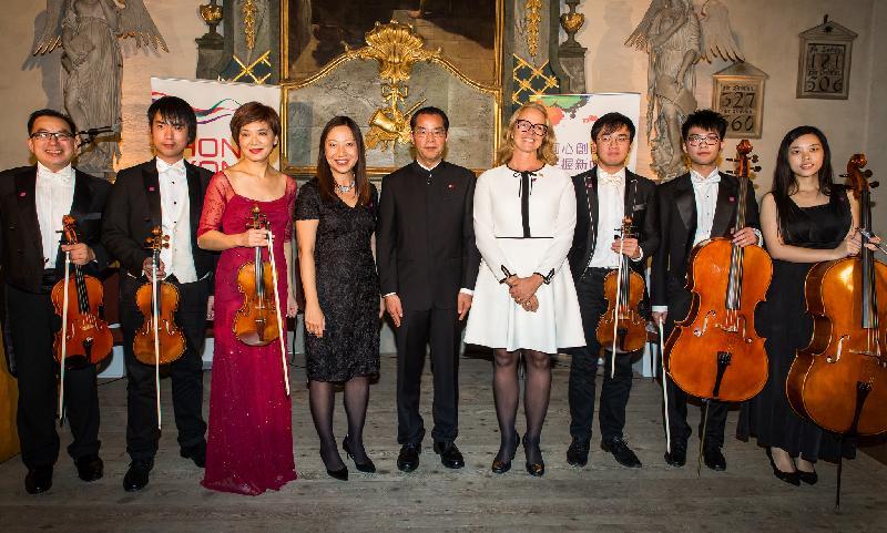 香港駐倫敦經濟貿易辦事處處長杜潔麗(左四)與由創始人兼藝術總監姚鈺(左三)帶領的香港弦樂團,以及其他演講嘉賓,包括瑞典香港商會副主席Torborg Chetkovich(右四)及中國駐瑞典大使桂從友(右五),於十月十一日(瑞典時間)在瑞典斯德歌爾摩瑞典歷史博物館舉辦的香港特別行政區成立二十周年慶祝酒會上合照。