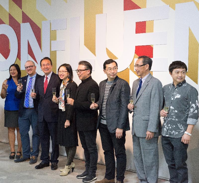 香港駐紐約經濟貿易辦事處處長朱瑞雯(左四)與嘉賓及參展設計師昨日(芝加哥時間十月十三日)在芝加哥舉行的「Confluence‧20+ Creative Ecologies of Hong Kong」開幕典禮上合照。