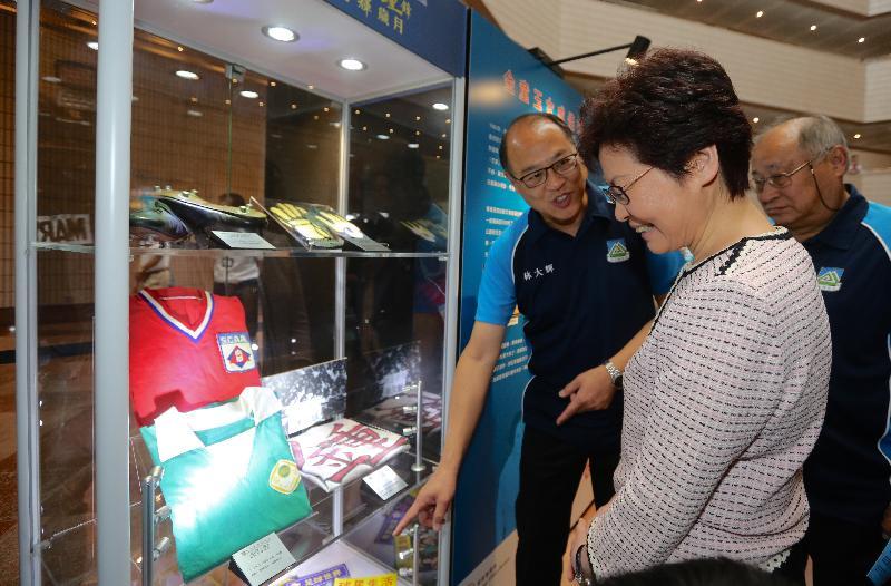 行政長官林鄭月娥(中)今日(十月十四日)在香港文化中心參觀《一岱偉大鍾鋒 締造光輝歲月》足球展覽。