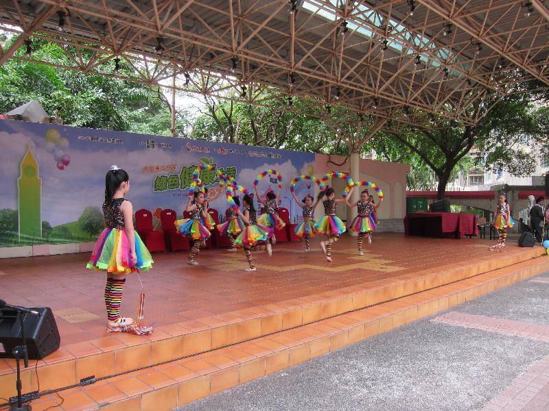 慶祝香港回歸祖國二十周年──沙田東二分區「健樂在沙田」嘉年華十月二十二日在港鐵石門站C出口對出空地舉行,活動包括舞台表演、展覽、攤位遊戲及環保工作坊。圖示早前的兒童舞蹈表演。