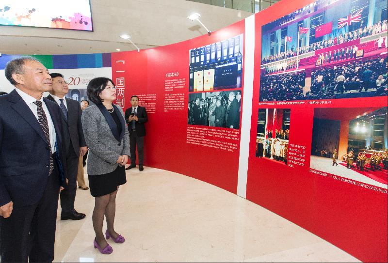 香港特別行政區政府駐北京辦事處主任傅小慧(左三)與遼寧省政協副主席王松(左一)今日(十月十六日)在瀋陽參觀「香港回歸祖國二十周年——同心創前路 掌握新機遇」成就展瀋陽巡迴展。