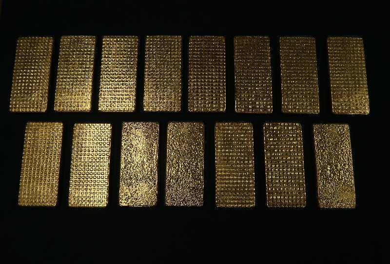 香港海關昨日(十月十六日)在落馬洲管制站一輛入境私家車上檢獲十五塊懷疑走私黃金。該些黃金共重約十五公斤,估計市值約五百萬元。