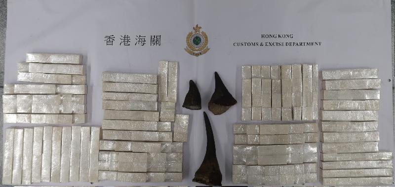 香港海關今日(十月十七日)在香港國際機場緝獲約四十三公斤懷疑象牙製品及約兩公斤懷疑犀牛角,估計總市值一百三十萬元。圖示被檢獲的懷疑象牙製品及懷疑犀牛角。