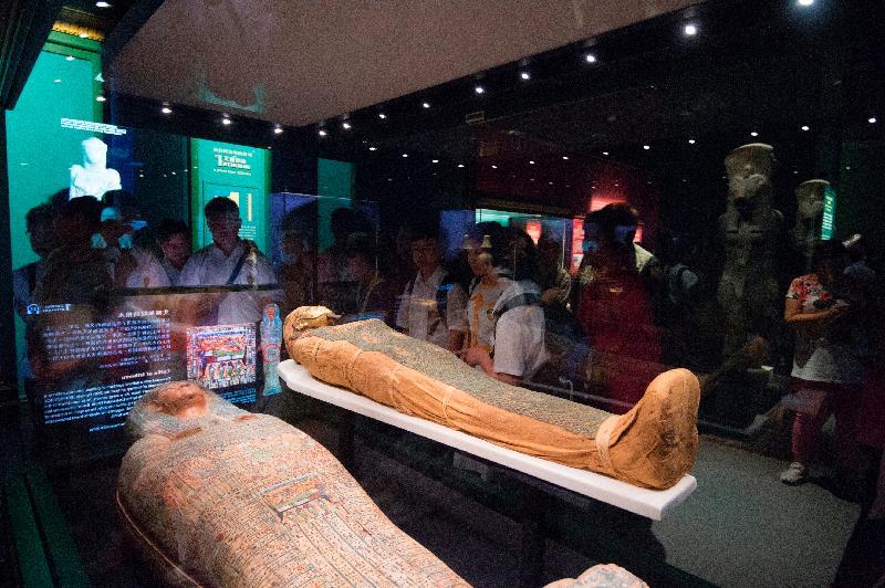 香港科學館本年度重點展覽「永生傳說--透視古埃及文明」今日(十月十八日)晚上九時圓滿結束。圖示市民觀賞展品「艾爾都奴的木乃伊和棺木」(約公元前600年,大英博物館藏品)。