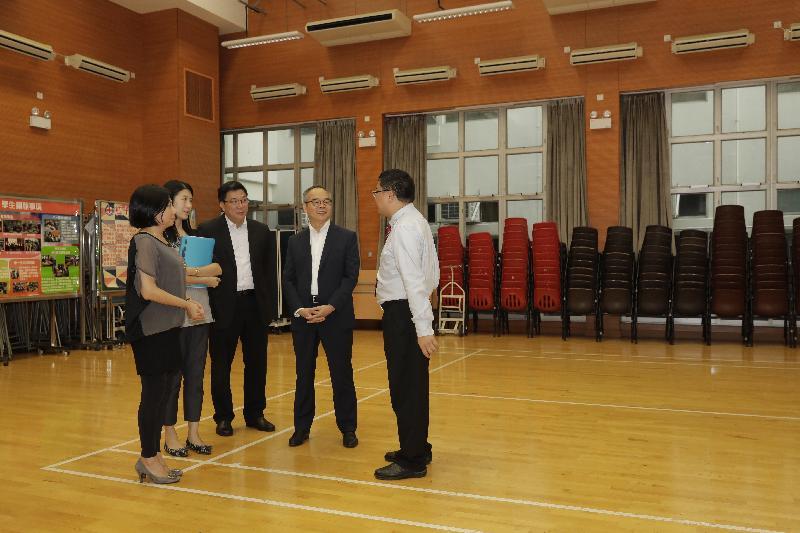 民政事務局局長劉江華(右二)今日(十月十八日)下午參觀龍翔官立中學的設施。