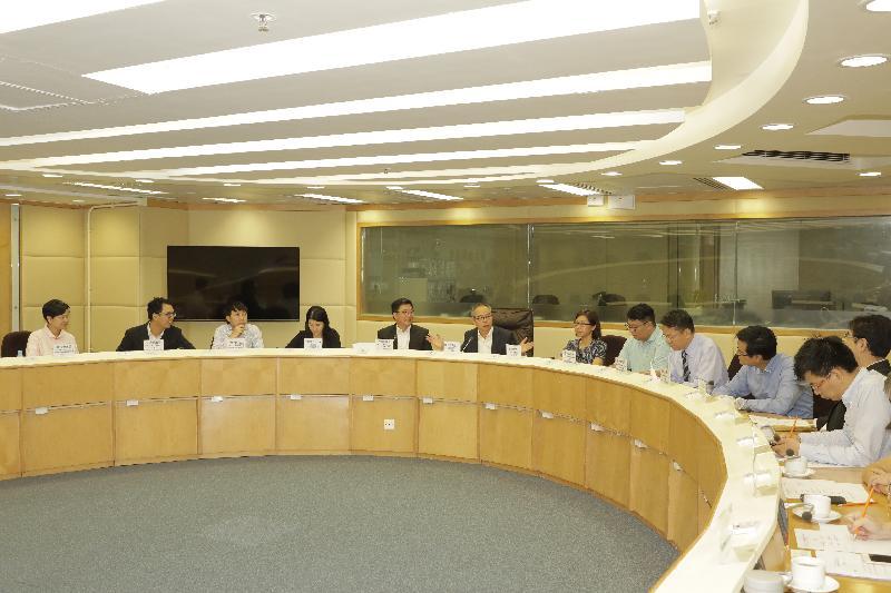 民政事務局局長劉江華(左六)今日(十月十八日)下午到訪黃大仙區議會,與區議員會面,聽取他們就多項地區事宜和關注的議題提供意見。