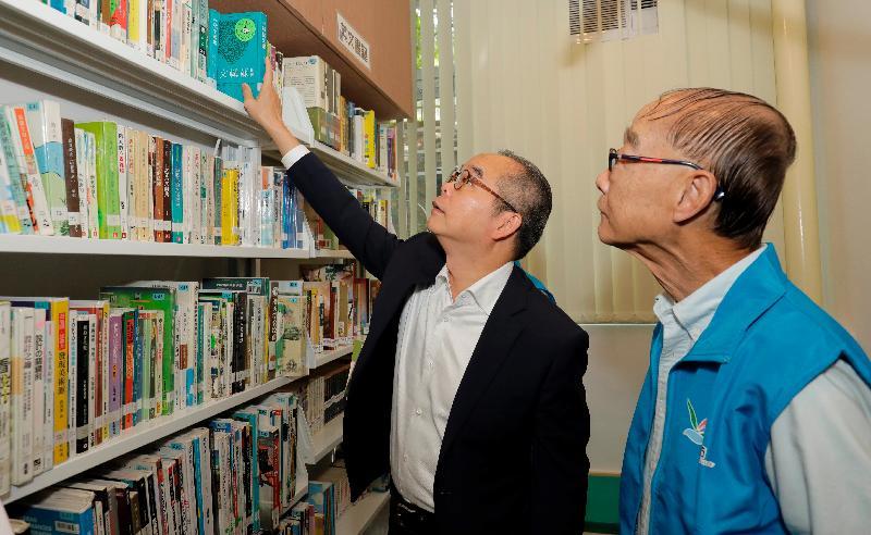 民政事務局局長劉江華(左)今日(十月十八日)下午參觀社區資源中心樂滿坊內的圖書館。