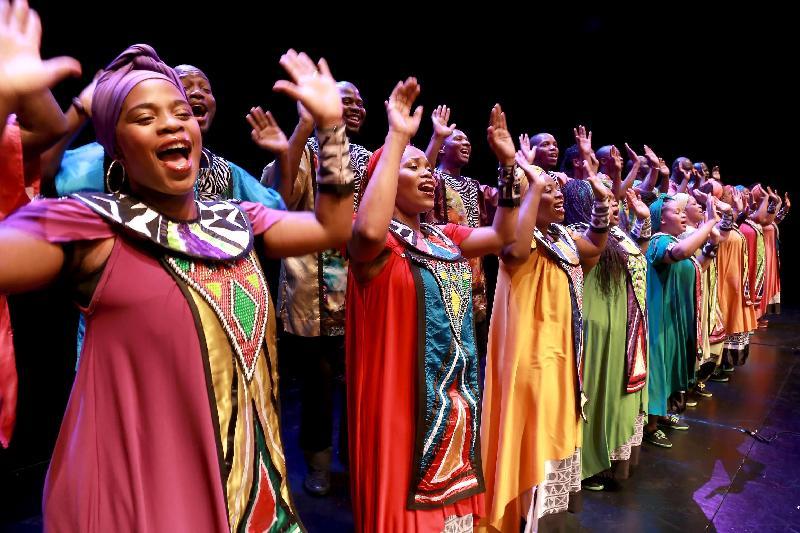 南非的索韋托靈歌合唱團十月二十七至二十九日在香港舉行三場音樂會,這隊超級組合演出風格鮮明獨特,不但歌聲明亮、和諧,還配以色彩斑斕的服飾、率性自然的身體律動,在節奏強勁的敲擊樂現場伴奏下,讓觀眾盡情投入歡樂澎湃的狂歡氣氛。