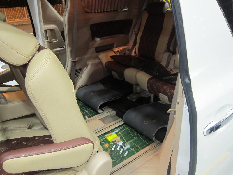 香港海關昨日(十月十八日)在深圳灣管制站一輛出境私家車上檢獲八百七十六件懷疑走私電腦記憶體及一支懷疑伸縮警棍,估計市值約六十二萬元。