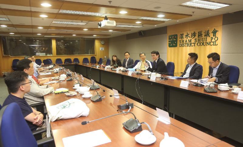 商務及經濟發展局局長邱騰華(右三)今日(十月十九日)到訪深水埗區,並與深水埗區議會議員會面,聽取他們對地區事宜的意見。