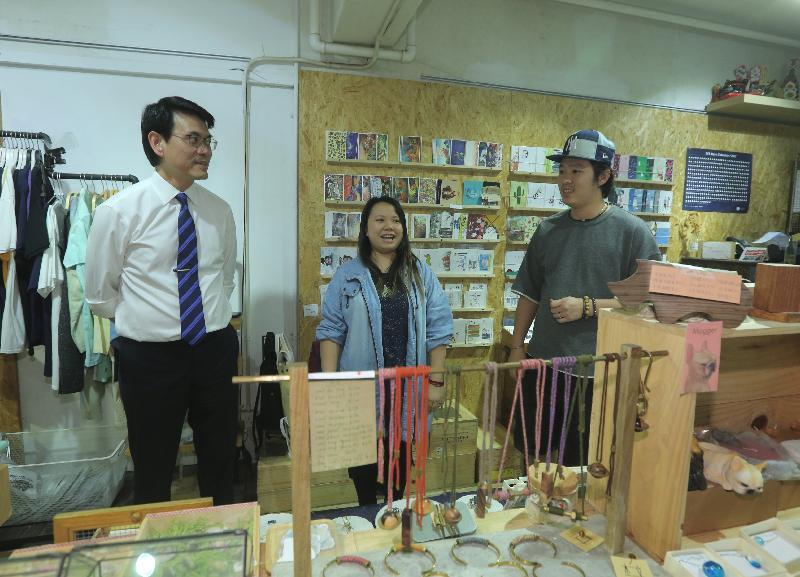 商務及經濟發展局局長邱騰華(左一)今日(十月十九日)到訪深水埗區,期間參觀賽馬會創意藝術中心,聽取藝術工作者分享創作經驗。