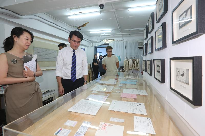 The Secretary for Commerce and Economic Development, Mr Edward Yau, today (October 19) visited the Jockey Club Creative Arts Centre during his visit in Sham Shui Po District. Photo shows Mr Yau (second left) appreciating the artworks showcased at the studio of an artist.