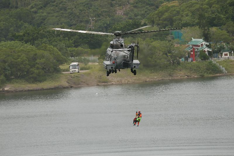 政府飛行服務隊人員在今日(十月十九日)舉行的跨部門山火暨攀山拯救行動演習中把傷者運上直升機。