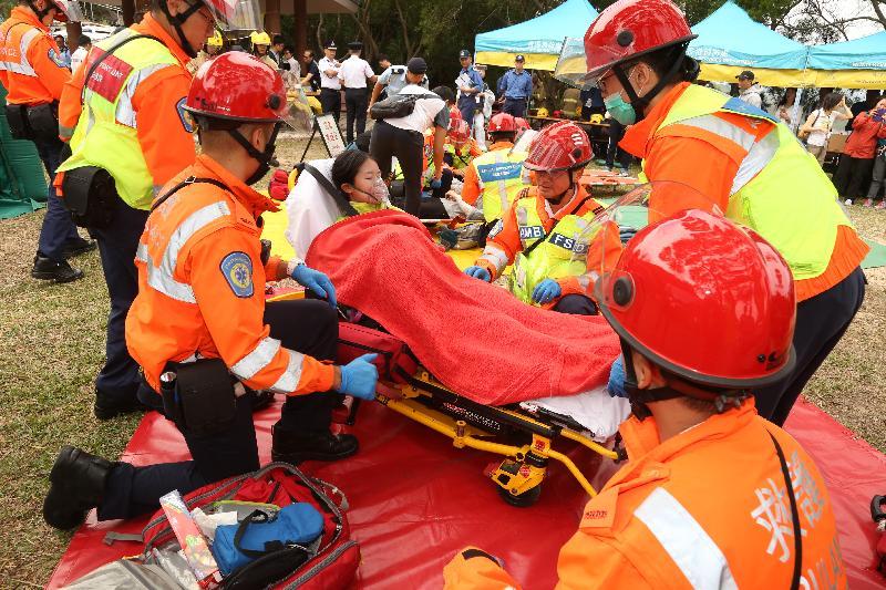救護人員在今日(十月十九日)舉行的跨部門山火暨攀山拯救行動演習中處理傷者。