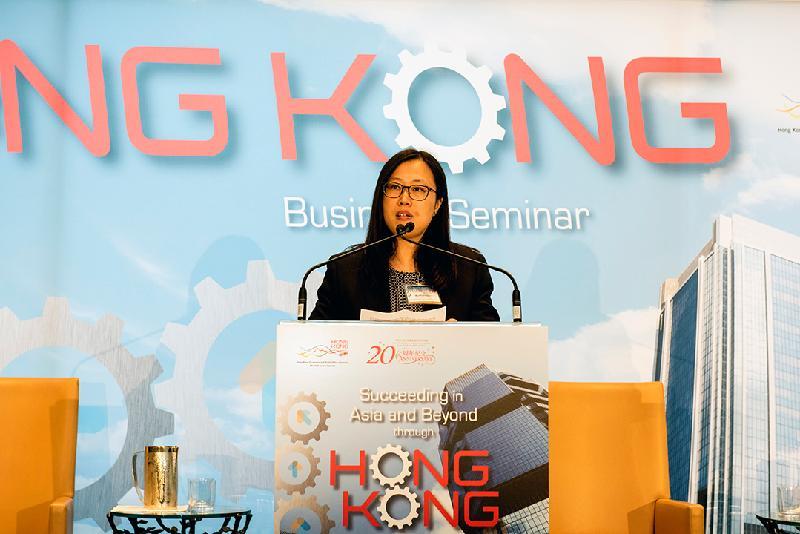 香港駐多倫多經濟貿易辦事處(多倫多經貿處)處長陳納思於十月十九日(多倫多時間)在多倫多舉辦「香港:通往亞洲及以外地區市場的成功之門」商貿研討會,並在會上致歡迎辭。商貿研討會是多倫多經貿處為慶祝香港特別行政區(香港特區)成立二十周年而舉辦的活動。