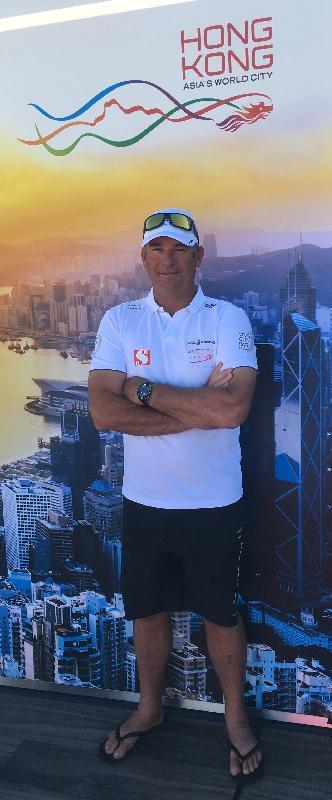 香港品牌在「2017-18Volvo環球帆船賽」為代表香港出戰的新鴻基/Scallywag帆船隊擔任支持機構。圖示Scallywag 號船長David Witt今日(阿利坎特時間十月二十日)攝於西班牙阿利坎特分站停泊基地,其背後為印有香港品牌標誌的宣傳板。