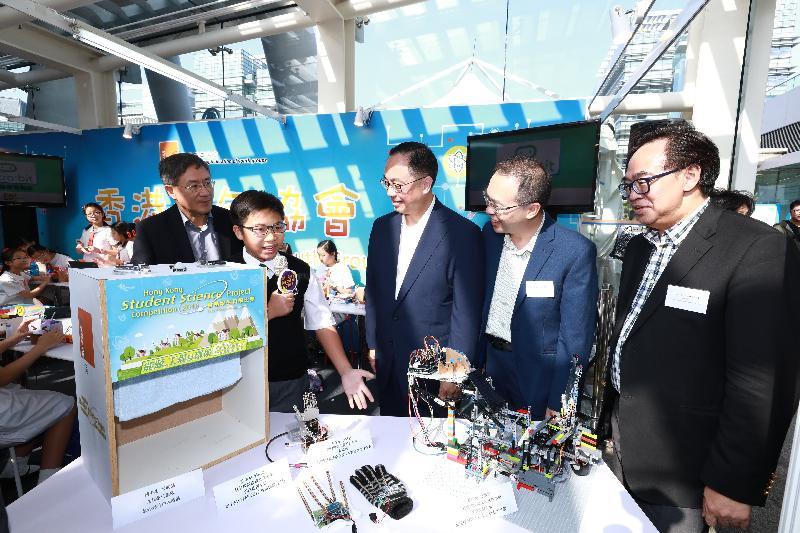 創新及科技局局長楊偉雄(中)今日(十月二十一日)和其他主禮嘉賓參觀創新科技嘉年華2017香港青年協會創意科藝工程計劃的工作坊。